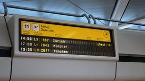 柏林,德国-毁损第31, 2015年:分裂挡水板显示在柏林特赫尔机场, TXL离开板 免版税库存照片