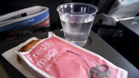 柏林,德国-毁损第31, 2015年:在飞行中新近地做的酥皮点心作为在欧洲航空公司上的一顿膳食 库存图片