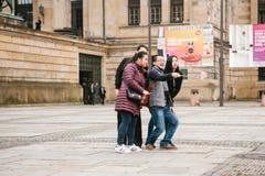 柏林, 2017年10月1日:一个小组未知的亚裔游人在一个巧妙的电话的视域旁边做selfie 图库摄影