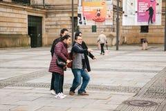 柏林, 2017年10月1日:一个小组未知的亚裔游人在一个巧妙的电话的视域旁边做selfie 库存照片