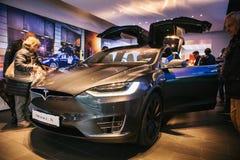 柏林, 2017年10月2日:一个电动车特斯拉模型x的介绍在特斯拉汽车展示会的在柏林 免版税库存照片