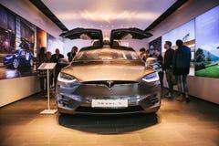 柏林, 2017年10月2日:一个电动车特斯拉模型x的介绍在特斯拉汽车展示会的在柏林 图库摄影