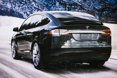 柏林, 2017年12月12日:一个电动车特斯拉模型x的图象的照片在特斯拉汽车展示会的在柏林 A 免版税库存图片