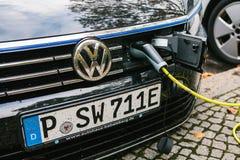 柏林, 2017年10月2日:一辆现代电车在充电的电动车的一个特别地方被充电 Eco 免版税图库摄影
