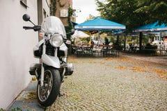 柏林, 2017年10月03日:一辆现代BMW摩托车在街道上停放了在街道咖啡馆旁边 方便和快速 库存照片