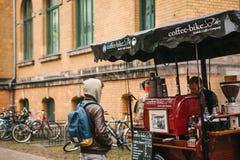 柏林, 2017年10月1日:与快餐和咖啡的舒适小微型公共汽车食物市场 买家看食物并且喝 免版税库存照片