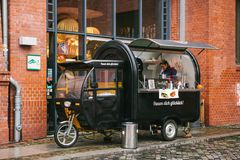 柏林, 2017年10月1日:与快餐和咖啡的舒适小微型公共汽车食物市场 库存图片