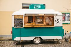 柏林, 2017年10月1日:与快餐和咖啡的舒适小微型公共汽车食物市场 免版税库存照片