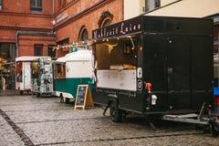 柏林, 2017年10月1日:与快餐和咖啡的舒适小微型公共汽车食物市场 免版税图库摄影