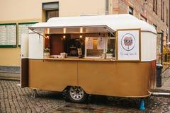 柏林, 2017年10月1日:与快餐和咖啡的舒适小微型公共汽车食物市场 免版税库存图片
