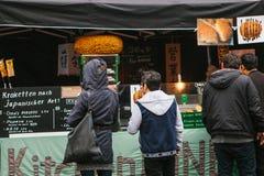 柏林, 2017年10月1日:与快餐和咖啡的舒适食物市场 人神色和购买食物和饮料 免版税图库摄影