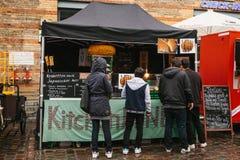 柏林, 2017年10月1日:与快餐和咖啡的舒适食物市场 人神色和购买食物和饮料 库存图片