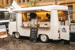 柏林, 2017年10月1日:与快餐的白色舒适小微型公共汽车食物市场和咖啡和两位卖主 免版税库存照片