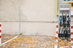 柏林, 2017年10月1日:充电的电动车的一个特别地方 一个现代和环境友好的运输方式 库存图片