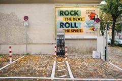 柏林, 2017年10月1日:充电的电动车的一个特别地方 一个现代和环境友好的运输方式 库存照片