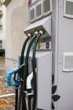 柏林, 2017年10月1日:加油的电动车的一个特别地方 一个现代和环境友好的运输方式 库存照片