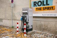 柏林, 2017年10月1日:加油的电动车的一个特别地方 一个现代和环境友好的运输方式 库存图片