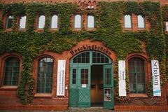 柏林, 2017年10月1日:博物馆大厦的门面由与公告的红砖制成关于陈列和 免版税库存图片