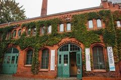 柏林, 2017年10月1日:博物馆大厦的门面由与公告的红砖制成关于陈列和 库存图片