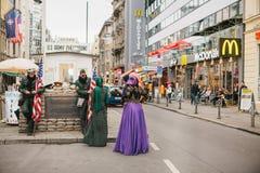 柏林, 2017年10月1日:在著名城市吸引力旁边的正面阿拉伯妇女` s游人告诉了Chekpoint查理 库存图片