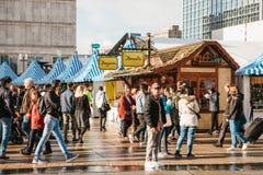 柏林, 2017年10月03日:庆祝慕尼黑啤酒节人在著名Alexanderplatz的街市上走 免版税库存照片