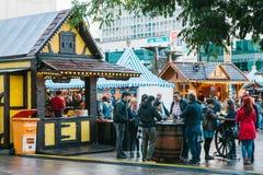 柏林, 2017年10月03日:庆祝慕尼黑啤酒节人在著名Alexanderplatz的街市上走 免版税库存图片