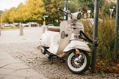柏林, 2017年10月03日:摩托车在街道上停放并且被关闭到反对偷窃的一把特别锁 免版税库存照片