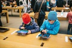 柏林, 2017年10月2日:新的先进的片剂Ipad的介绍赞成在正式苹果计算机商店 年轻买家来了 图库摄影