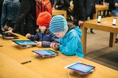 柏林, 2017年10月2日:新的先进的片剂Ipad的介绍赞成在正式苹果计算机商店 年轻买家来了 库存照片