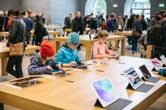 柏林, 2017年10月2日:新的先进的片剂Ipad的介绍赞成在正式苹果计算机商店 年轻买家来了 库存图片