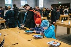 柏林, 2017年10月2日:新的先进的片剂Ipad的介绍赞成在正式苹果计算机商店 年轻买家来了 免版税库存图片