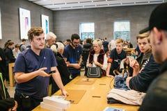 柏林, 2017年10月2日:新的苹果计算机产品的介绍在正式苹果计算机商店 劝告和卖新 库存照片