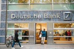 柏林, 2017年10月2日:未知的人走进德意志银行美丽的玻璃办公室 免版税库存照片