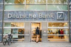 柏林, 2017年10月2日:未知的人走进德意志银行美丽的玻璃办公室 库存图片