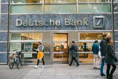 柏林, 2017年10月2日:未知的人走进德意志银行美丽的玻璃办公室 库存照片