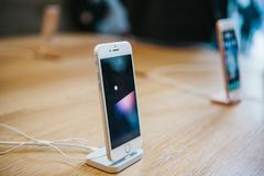 柏林, 2017年10月2日:正iPhone 8的介绍和新的苹果计算机产品iPhone 8和销售在官员的 库存图片