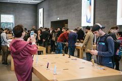 柏林, 2017年10月2日:正iPhone 8的介绍和新的苹果计算机产品iPhone 8和销售在官员的 免版税图库摄影