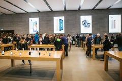 柏林, 2017年10月2日:正iPhone 8的介绍和新的苹果计算机产品iPhone 8和销售在官员的 免版税库存图片