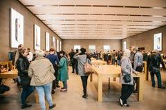 柏林, 2017年10月2日:正iPhone 8的介绍和新的苹果计算机产品iPhone 8和销售在官员的 免版税库存照片