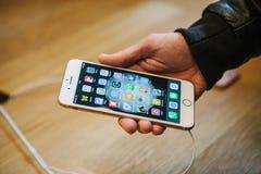 柏林, 2017年10月2日:正iPhone 8的介绍和新的苹果计算机产品iPhone 8和销售在官员的 库存照片