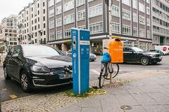 柏林, 2017年10月1日:电车在充电的电动车的一个特别地方被充电 一现代 库存图片
