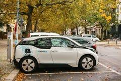 柏林, 2017年10月2日:电车在充电的电动车的一个特别地方被充电 一现代 库存图片