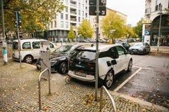 柏林, 2017年10月2日:电车在充电的电动车的一个特别地方被充电 一现代 库存照片