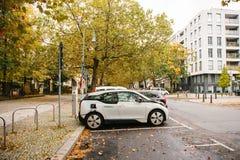 柏林, 2017年10月2日:电车在充电的电动车的一个特别地方被充电 一现代 图库摄影