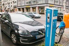 柏林, 2017年10月1日:电车在充电的电动车的一个特别地方被充电 一现代 免版税库存图片