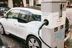 柏林, 2017年10月2日:电车在充电的电动车的一个特别地方被充电 一现代 免版税库存照片