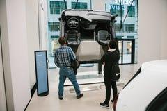 柏林, 2017年10月2日:看自动交谊厅的部分便衣的两个未认出的年轻人暂停 免版税库存图片