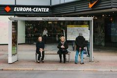柏林, 2017年10月2日:老年人坐在公共汽车站并且等待公共汽车 库存图片