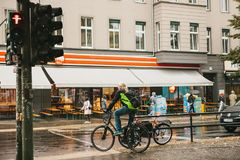 柏林, 2017年10月1日:自行车的一个年长人在一个红色红绿灯站立并且等待他去 普通 免版税库存照片
