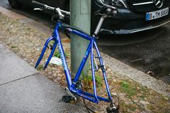 柏林, 2017年10月2日:蓝色自行车附有与锁的街道柱子站立,不用轮子在被窃取以后  免版税库存图片